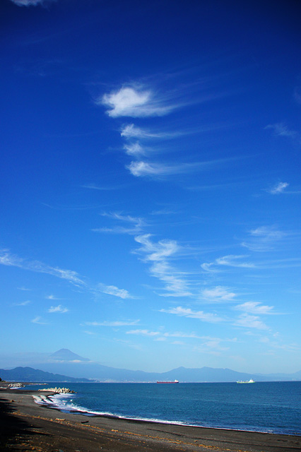 澄み渡った青空と富士山