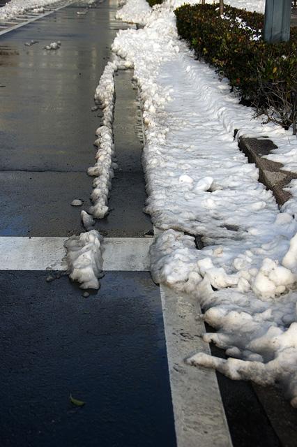 道路の隅っこの雪