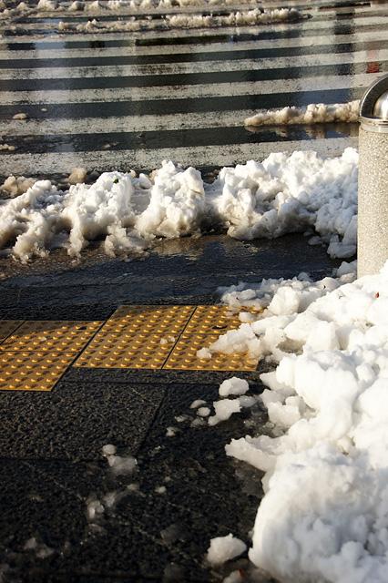 雪と点字ブロック