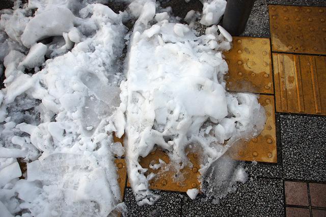 雪で覆われた点字ブロック
