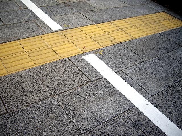 点字ブロックと白線