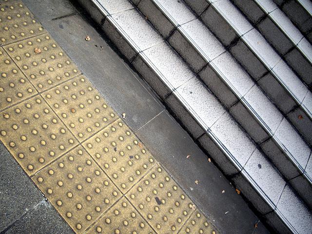 点字ブロックと階段