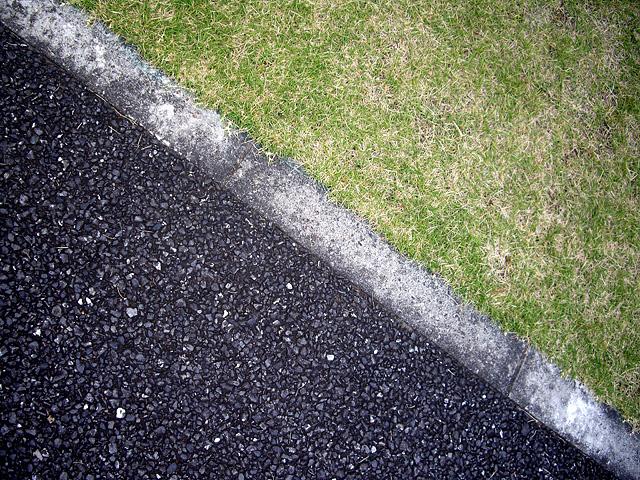 アスファルトと芝生