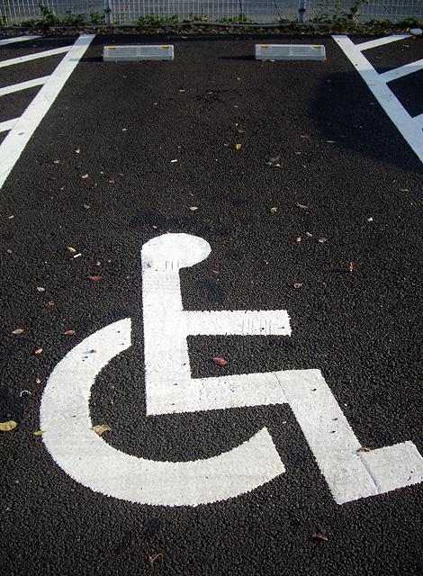 駐車場の車椅子マークの無料写真素材