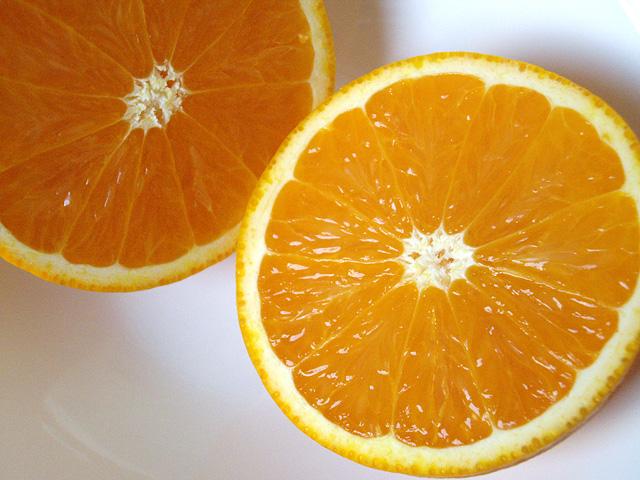 半分に切ったオレンジ