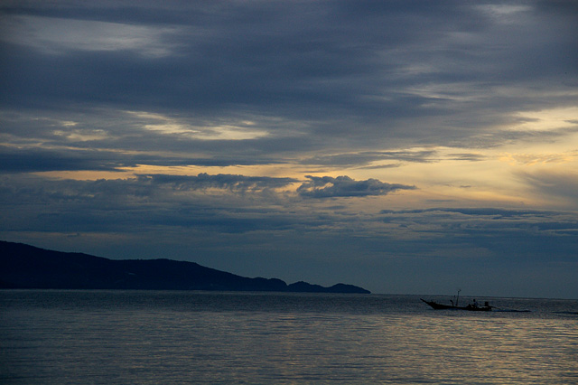 夕暮れ後の海