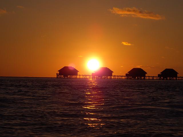 水上コテージの向こうの夕日の無料写真素材