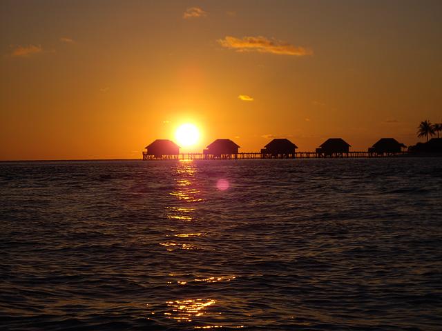 水上コテージの向こうの夕日
