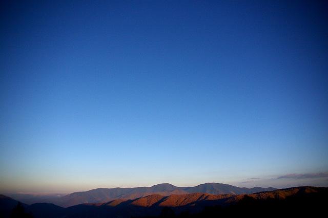 壮大な空と山々