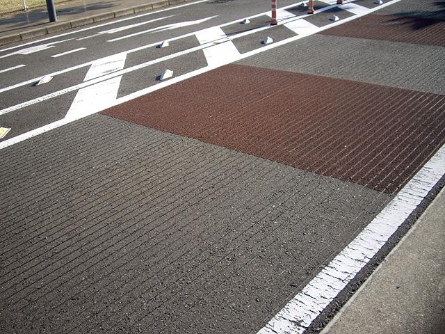 縦溝舗装の道路
