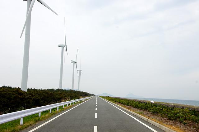 まっすぐな道と風車の写真素材 フリー