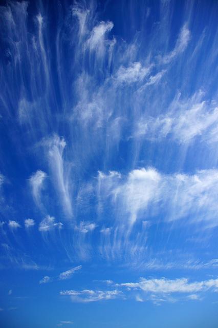 風に吹かれる雲