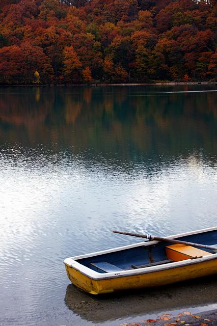 紅葉と小舟の写真素材 フリー