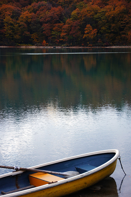 紅葉と小舟