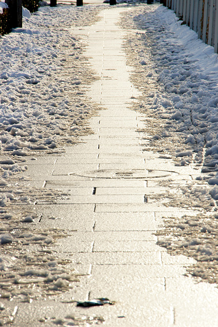 歩道に残った雪と足あと