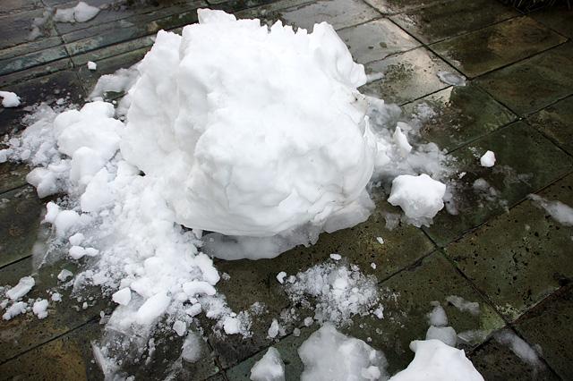 溶けかけた雪ダルマ