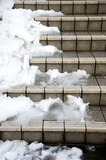 雪の積もった階段のフリー写真素材