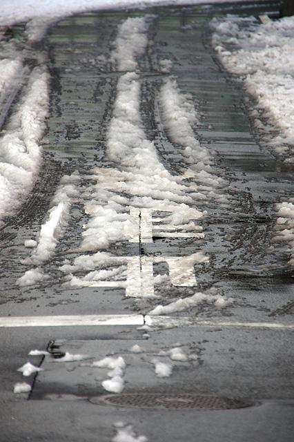 雪が残る道路