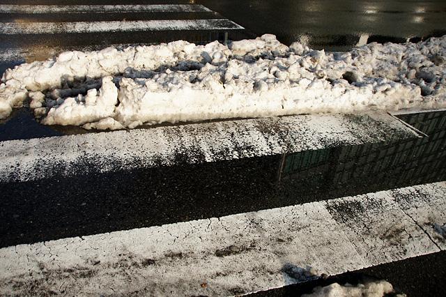 雪と横断歩道のフリー写真素材