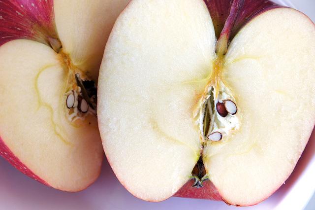 カットした林檎のフリー写真素材