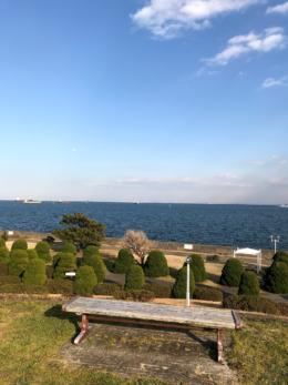 海が見えるベンチの写真の無料画像素材