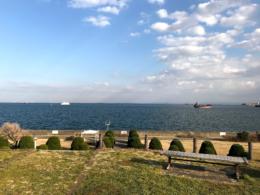 海の見えるベンチの写真の無料画像素材