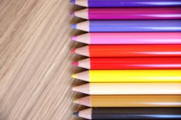 赤や黄色の色鉛筆の写真素材(無料)