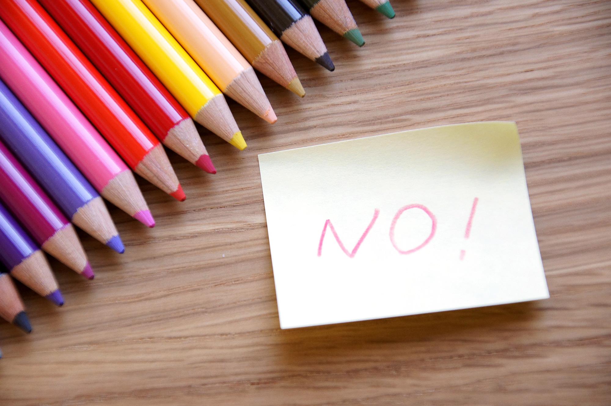 色鉛筆とNOの付箋紙の写真のフリー素材