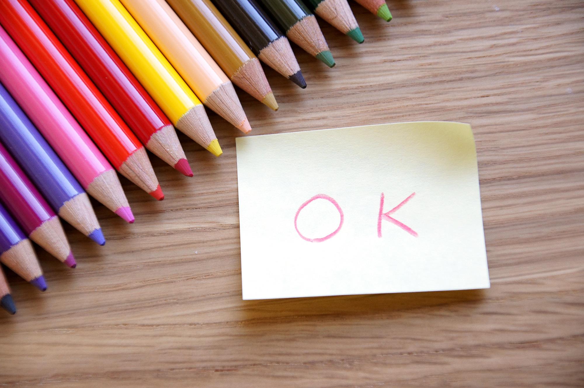 OKのメッセージと色鉛筆の写真のフリー素材