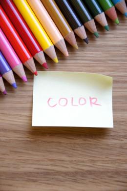 デスクの上の色鉛筆のフリー写真素材