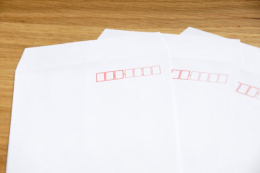 3枚の白い封筒の写真素材(フリー)