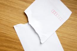破かれた封筒の写真素材(フリー)