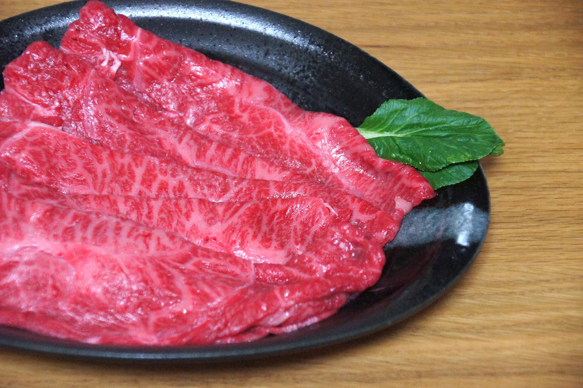 木のテーブルの上の牛肉の写真のフリー素材