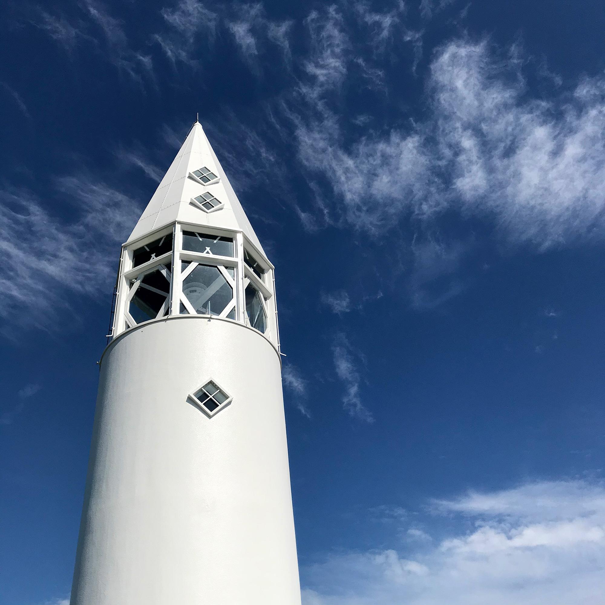 青空と白い灯台
