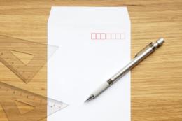 封筒とペンと三角定規の無料写真素材