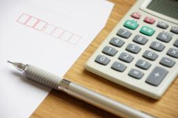 金額計算と郵送イメージの無料写真素材