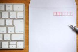 キーボードと白い封筒のフリー写真素材