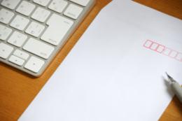 キーボードと封筒のフリー写真素材