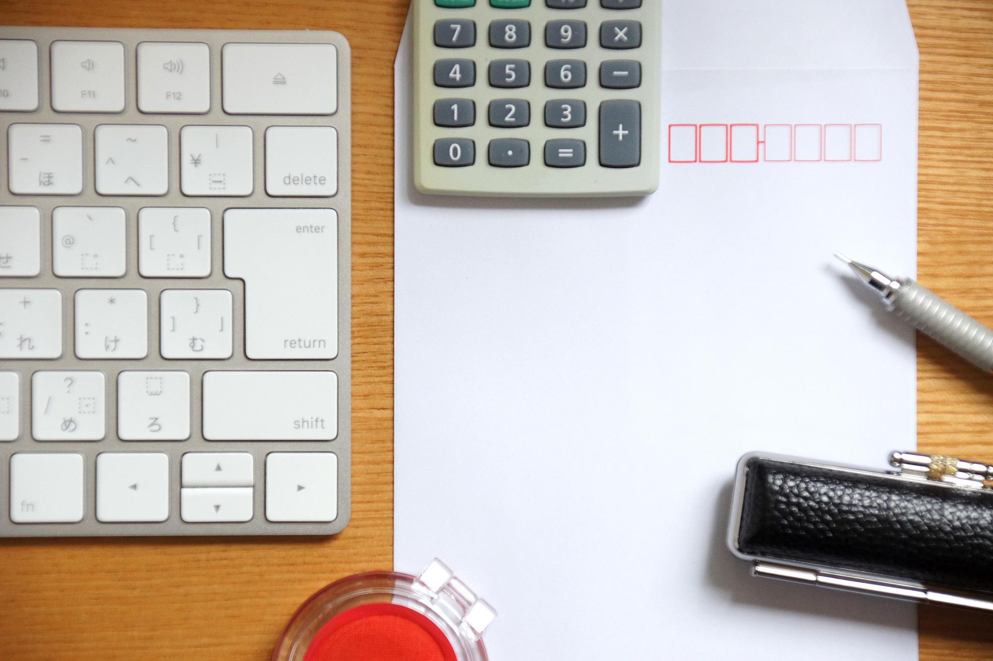 キーボード、電卓、印鑑のフリー写真素材