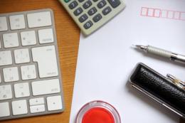 計算機、ペン、封筒、印鑑の無料写真素材