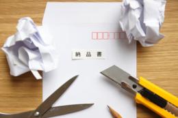 納品書の書類を作成するイメージの無料写真素材
