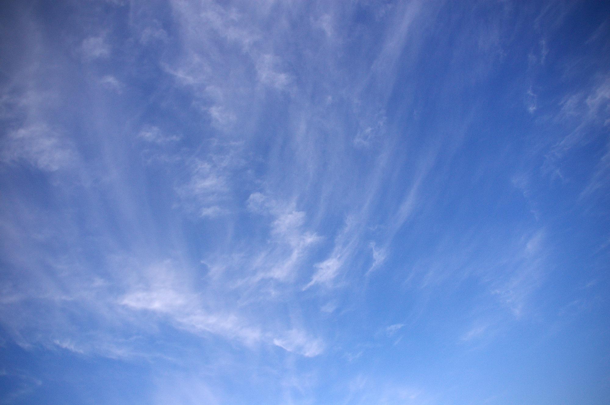 青空に薄い雲の無料画像素材