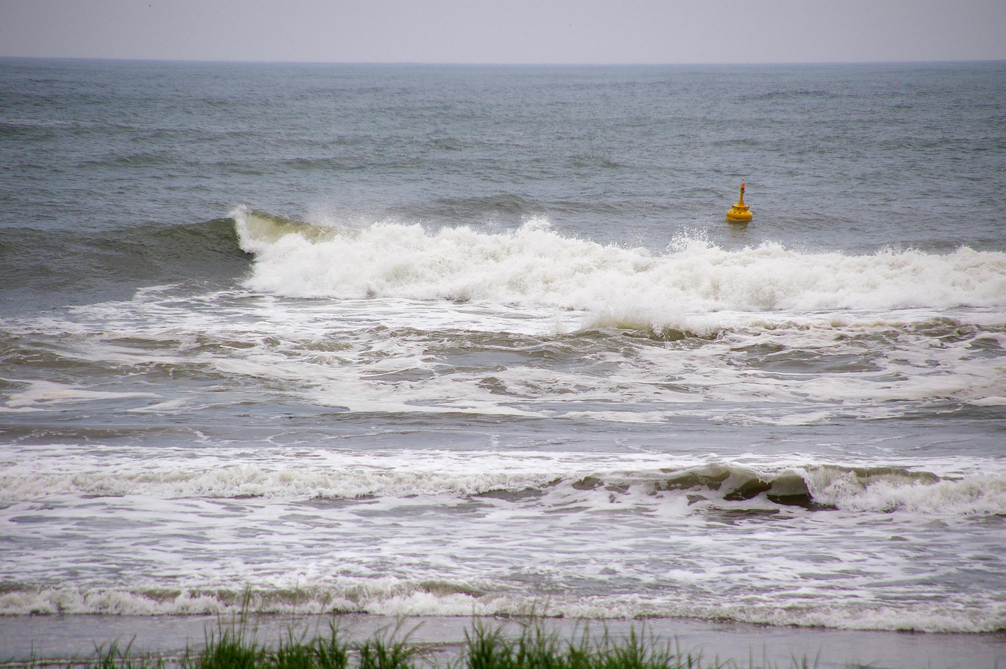 海岸に打ち寄せる波の写真の無料素材