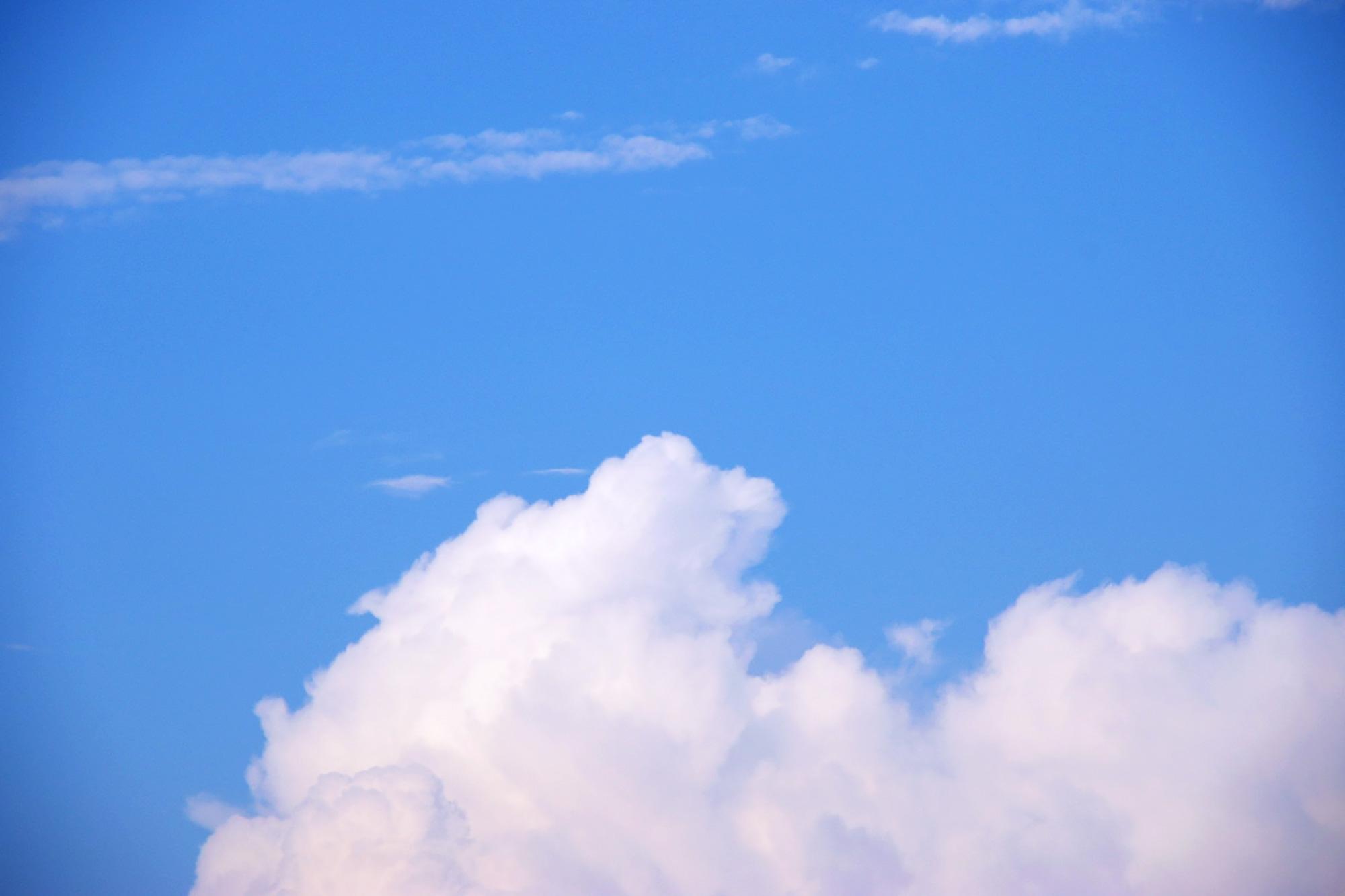 夏の青空の写真のフリー素材