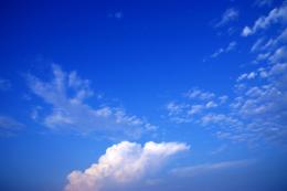 鮮やかな青空の写真のフリー素材