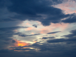 雲の合間の夕焼けのフリー写真素材