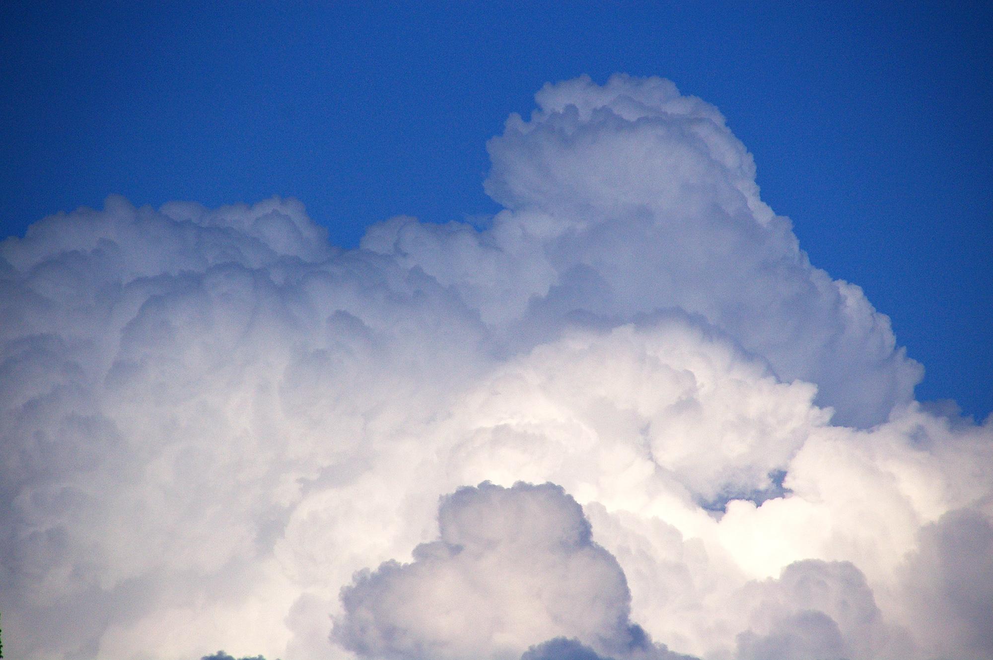 山のような雲のフリー写真素材