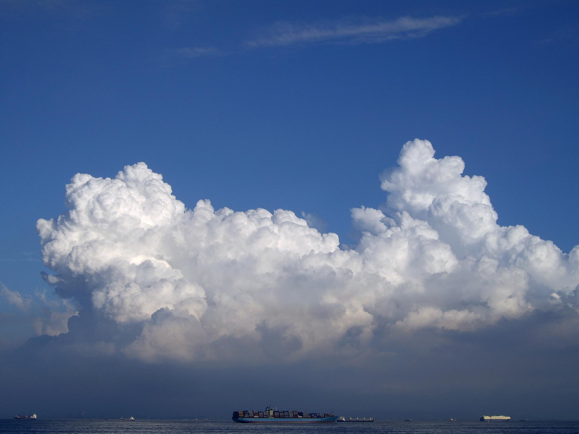 貨物船と大きな雲