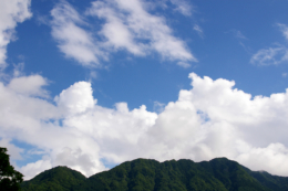 夏の山と空