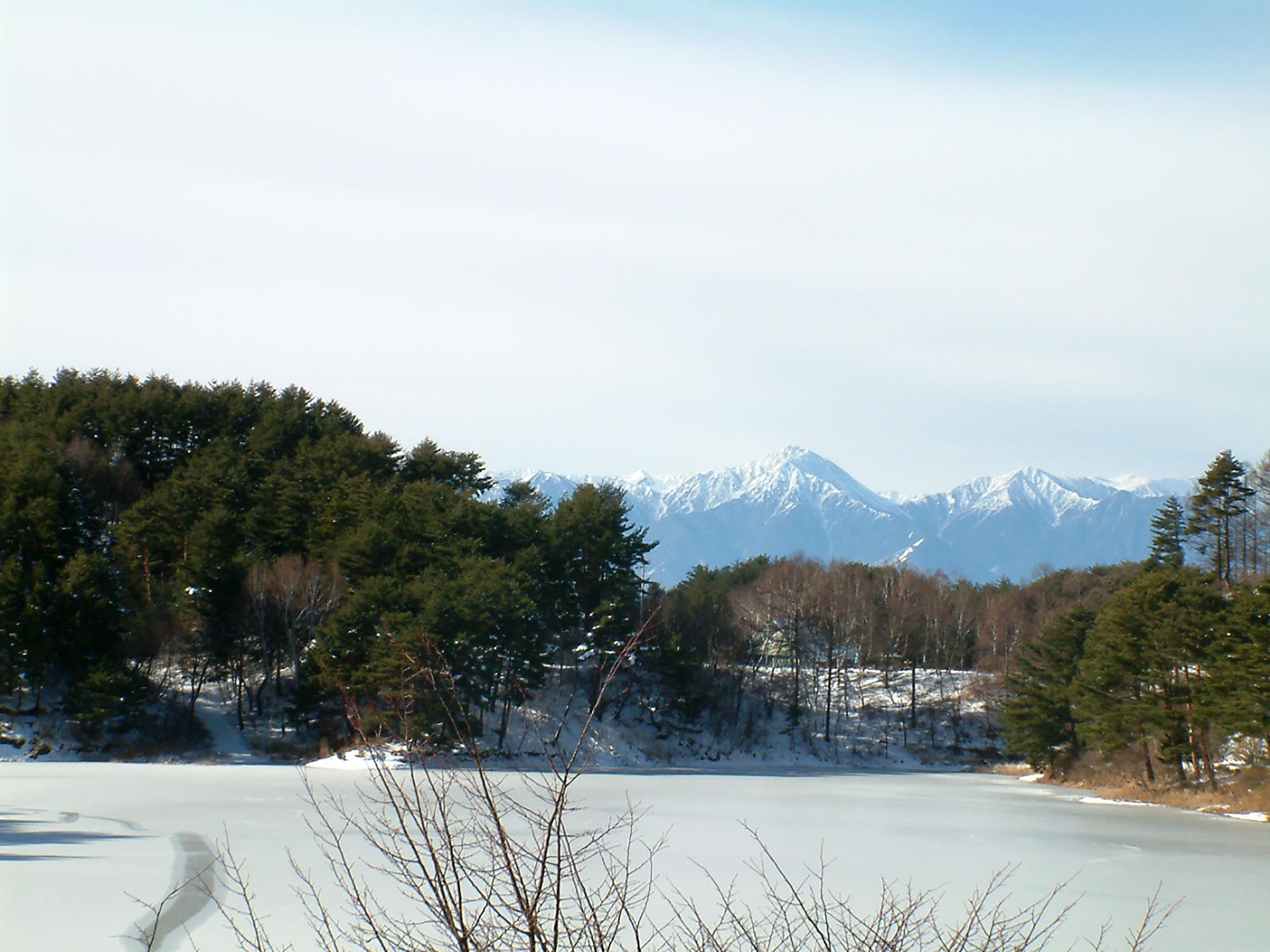 氷のはった湖と雪山の写真のフリー素材
